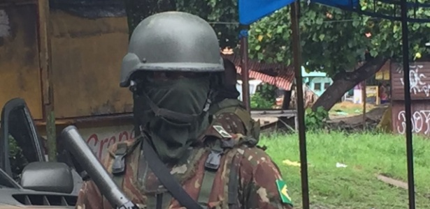 23.fev.2018 - Militar em operação na Vila Kennedy, zona oeste do Rio de Janeiro