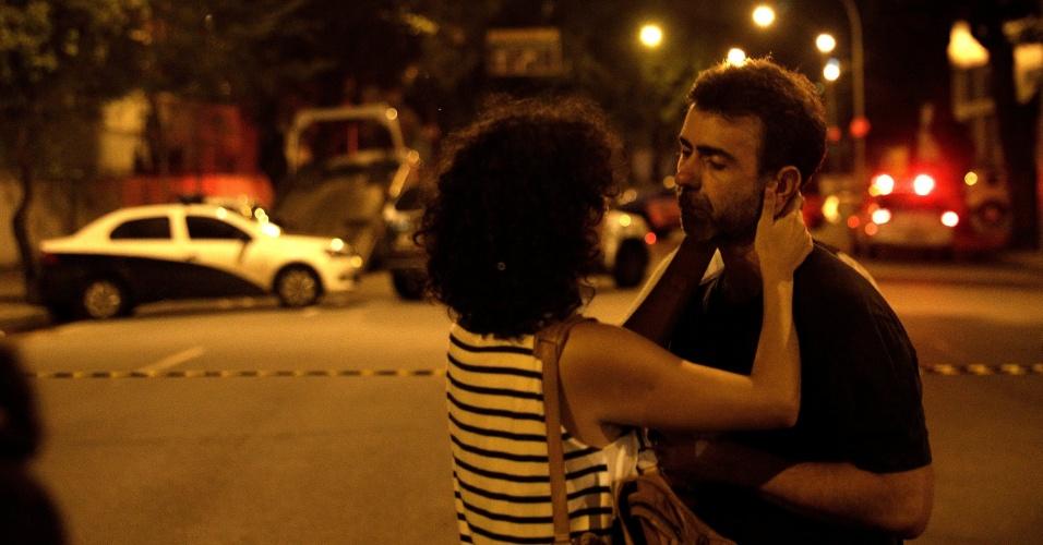 """15.mar.2018 - O deputado estadual Marcelo Freixo (PSOL-RJ) é consolado no local onde a vereadora Marielle Franco (PSOL-RJ) foi assassinada na noite da quarta-feira (14). Freixo afirmou à imprensa que o crime tem """"nítidas características de execução"""""""