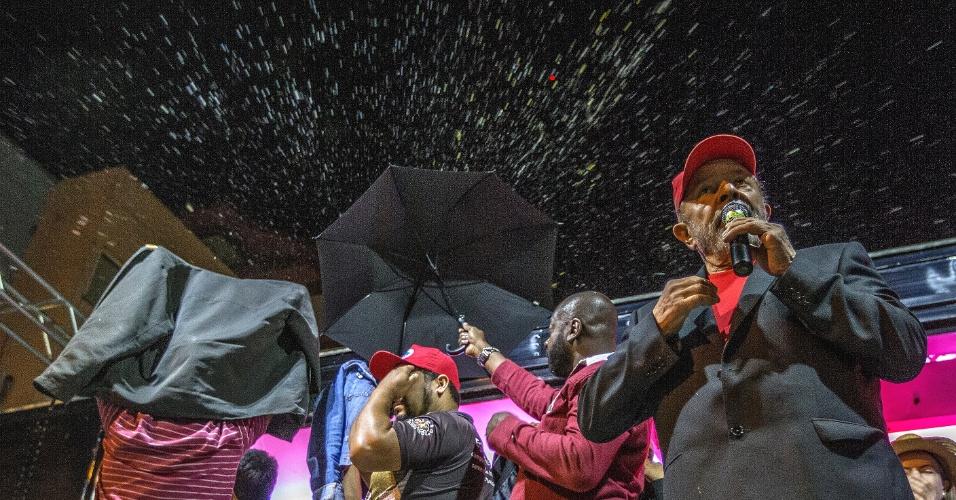 25.mar.2018 - O ex-presidente Luiz Inácio Lula da Silva (PT) precisou da proteção de guarda-chuvas para não ser atingido por ovos que eram jogados de um prédio localizado próximo à praça onde ele realizava um comício na noite deste domingo, em São Miguel do Oeste (SC)