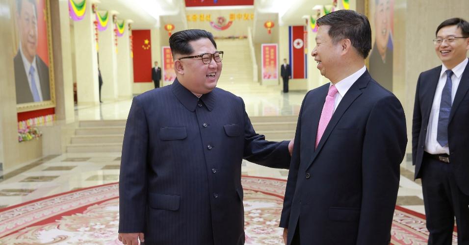 14.abr.2018 - Líder norte-coreano, Kim Jong-un, se encontra com o diretor de relações internacionais do Partido Comunista da China (PCCh), SongTao
