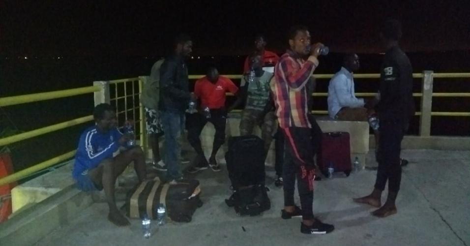 20.mai.2018 - 25 imigrantes africanos foram resgatados à deriva em um barco na costa do Maranhão