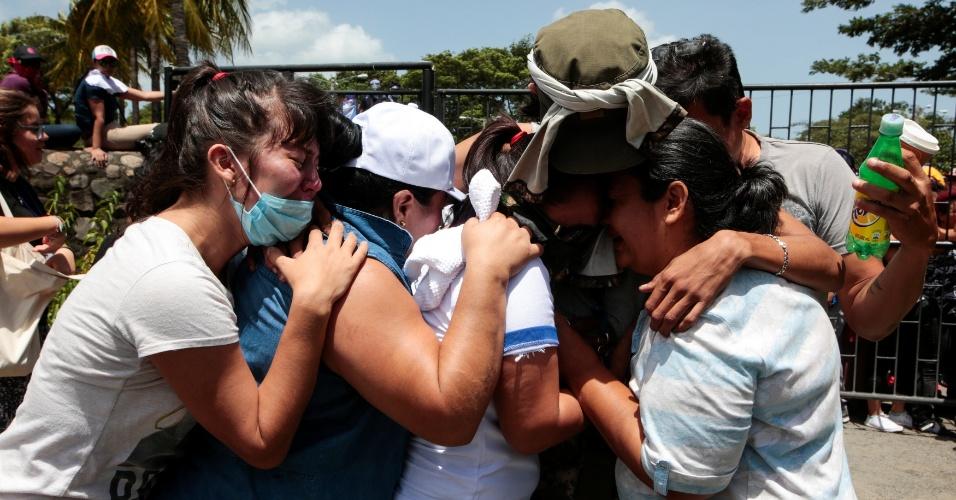 14.jul.18 - Familiares reencontram estudantes que passaram a noite em igreja, cercados pelas forças pró-governamentais; dois morreram nos confrontos entre manifestantes e polícia