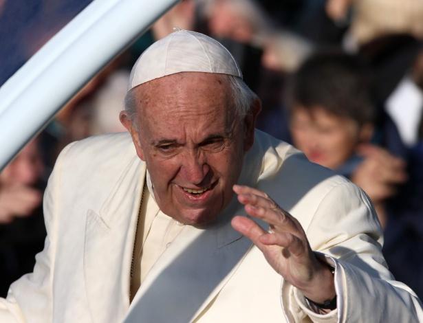Papa Francisco acena ao chegar no parque Santakos, onde celebrou missa ao ar livre - Petras Malukas/AFP Photo