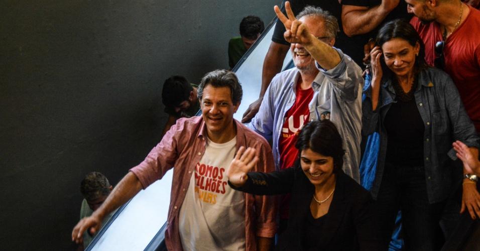 27.set.2018 - O candidato à Presidência da República, Fernando Haddad (PT), e sua vice Manuela D'Ávila, acompanhados de Maria do Rosário e pelo candidato a governador Jose Roseto (PT), em campanha pela cidade de Porto Alegre (RS), nesta quinta-feira (27). Os candidatos andaram de metrô
