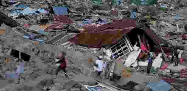 1.out.2018 - Sobreviventes tentam recuperar o possível em meio à destruição deixada em Palu, na Indonésia - Beawiharta/Reuters