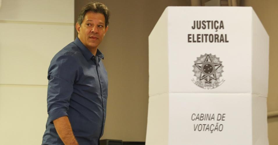 28.out.2018 - O candidato à presidência Fernando Haddad (PT), votou na Brazilian International School em São Paulo (SP)