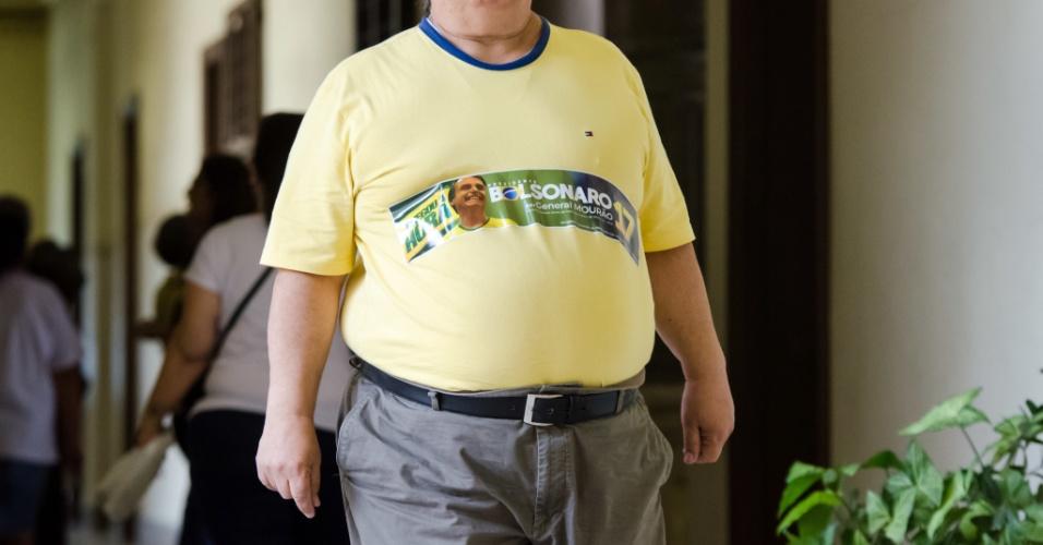 28.out.2018 - Vestidos de verde e amarelo e alguns com a camiseta da seleção brasileira de futebol, os eleitores manifestaram apoio ao candidato do PSL na Escola Estadual Carlos Gomes, em Campinas, SP