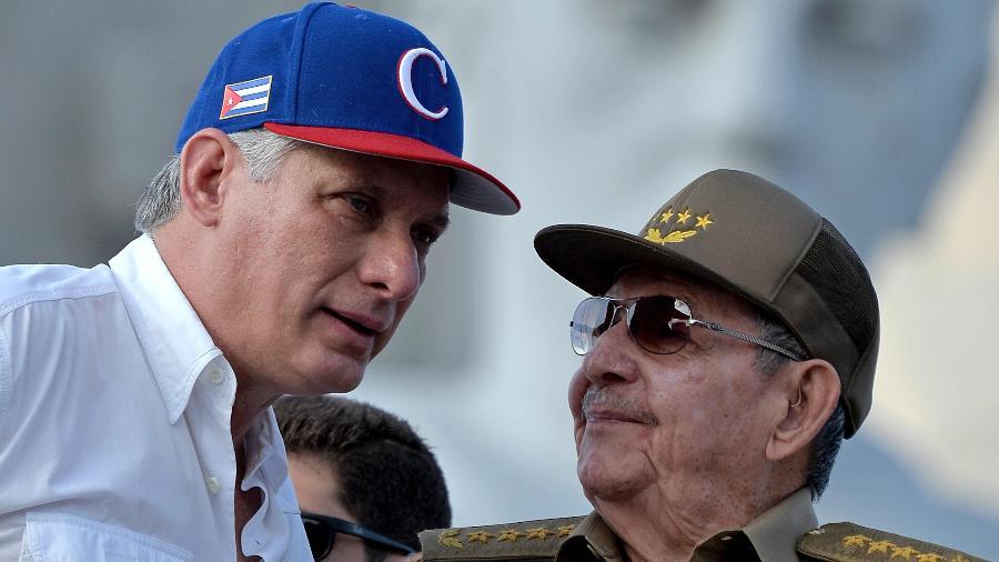 Foto de arquivo mostra o presidente cubano, Miguel Diaz-Canel ao lado do ex-presidente Raúl Castro - Yamil Lage/AFP Photo