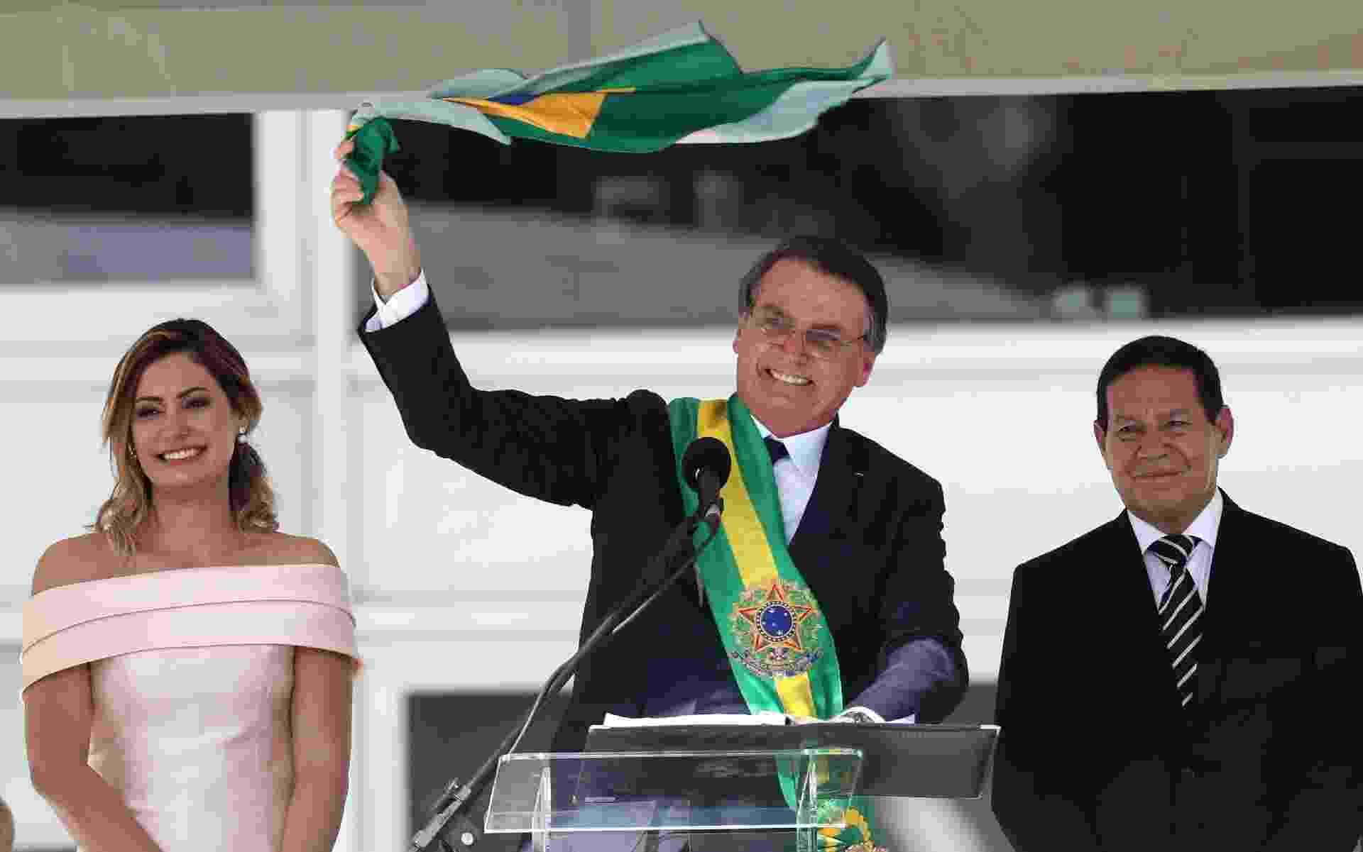 Jair Bolsonaro exibe a bandeira do Brasil após fazer o seu discurso no parlatório do Palácio do Planalto - Wilton Junior/Estadão COnteúdo