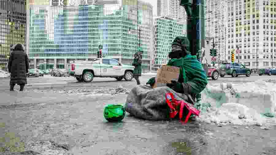 Mendigo pede dinheiro na Upper Wacker Drive, em Chicago (EUA) - Nolis Anderson/The New York Times