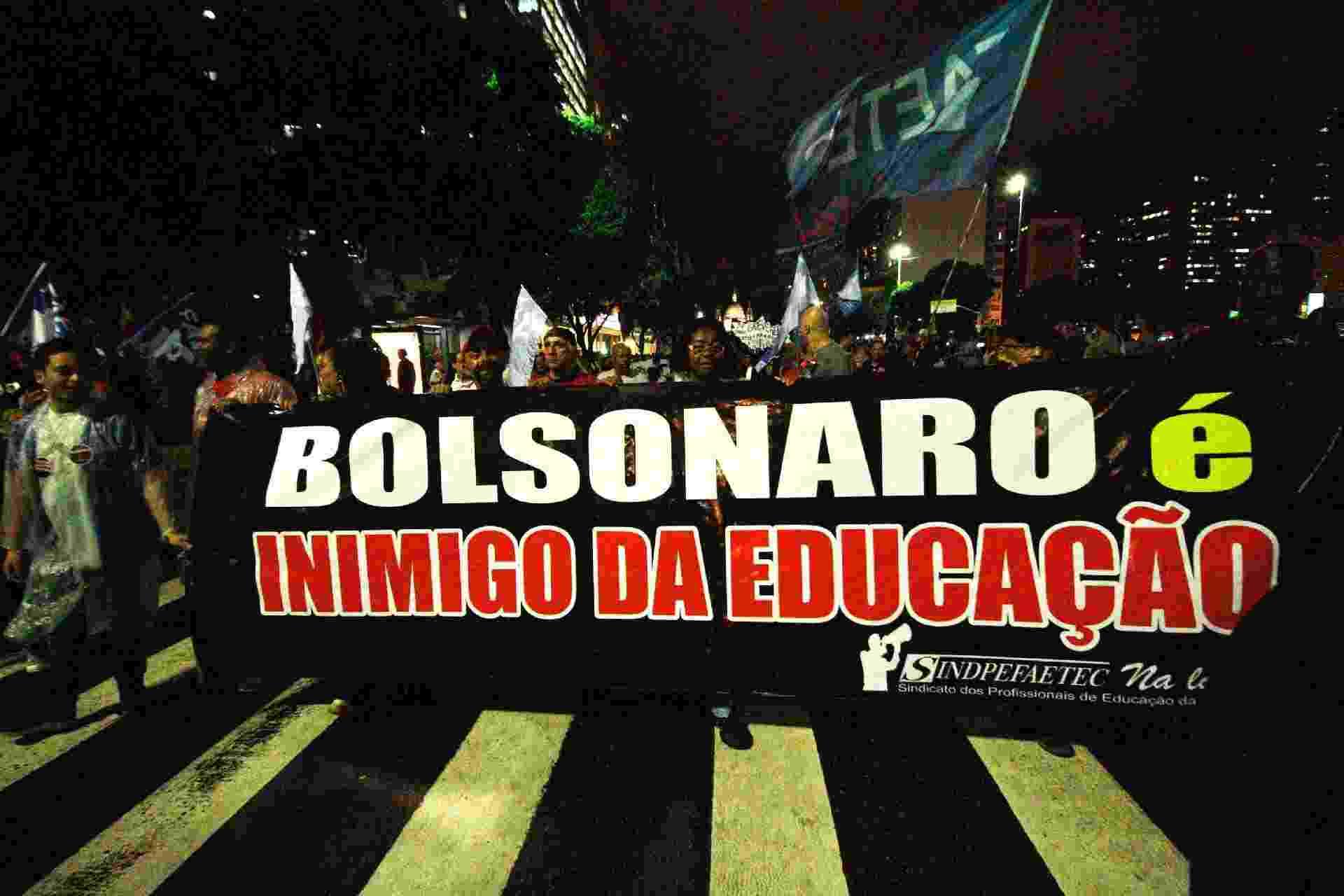 """15.maio.2019 - """"Bolsonaro é inimigo da educação"""", dizem manifestantes no Rio de Janeiro - Joe Lucena/Estadão Conteúdo"""