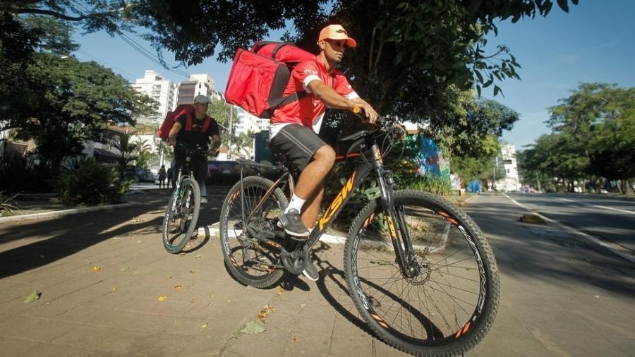 Os entregadores Robert dos Santos, 23, e Gabriel de Jesus, 22, trabalhando em Pinheiros, zona oeste de São Paulo - Lincon Zarbietti/BBC News Brasil