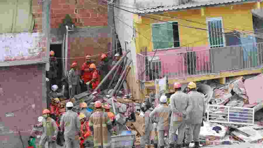 12.ago.2019 - Casa desaba em Curicica, na zona oeste do Rio de Janeiro; bombeiros isolaram a área - Jose Lucena/Futura Press/Estadão Conteúdo