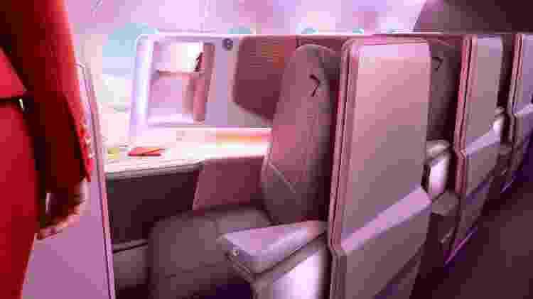 As poltronas da classe executiva são voltadas para as janelas e contornadas por divisórias altas, que dão mais privacidade aos passageiros - Divulgação/Virgin Atlantic