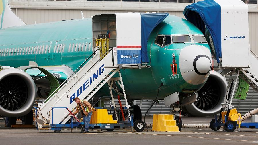 Funcionário trabalha perto de um Boeing 737 MAX em Renton, nos EUA - Lindsey Wasson/Reuters