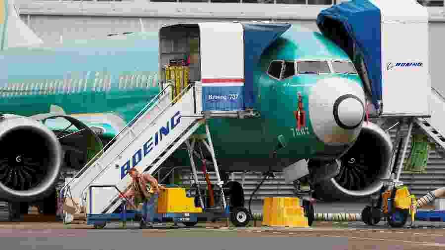 16.dez.2019 - Homem trabalha perto de um Boeing 737 MAX em Renton, nos EUA - Lindsey Wasson/Reuters
