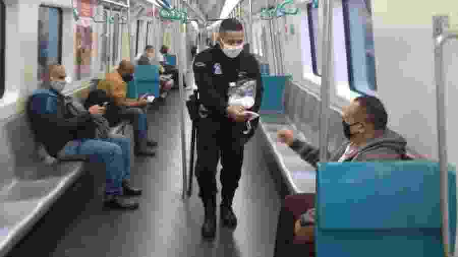 4.jun.2020 - Passageiros do metrô no Rio recebem máscaras de proteção doadas pelo MetrôRio em parceria com o Itaú Unibanco - Divulgação