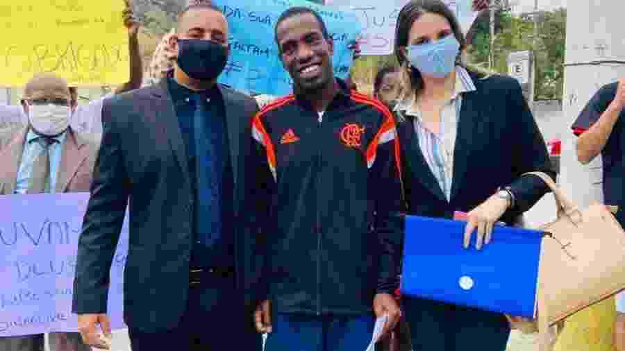 O jardineiro Wilton Oliveira da Costa (centro) passou 54 dias preso por ter sido confundido com ladrão de moto - Arquivo Pessoal
