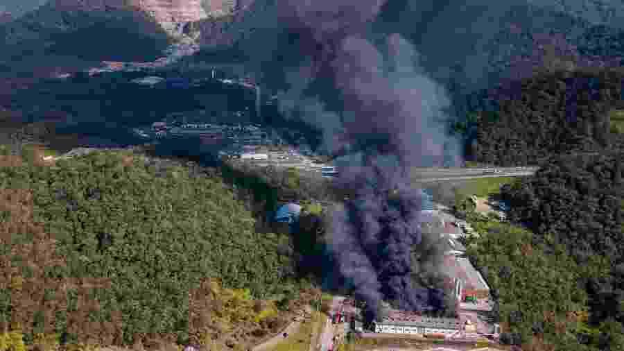 Incêndio atinge fábrica na zona norte de Joinville, em Santa Catarina - RODRIGO PHILIPPS/FUTURA PRESS/FUTURA PRESS/ESTADÃO CONTEÚDO