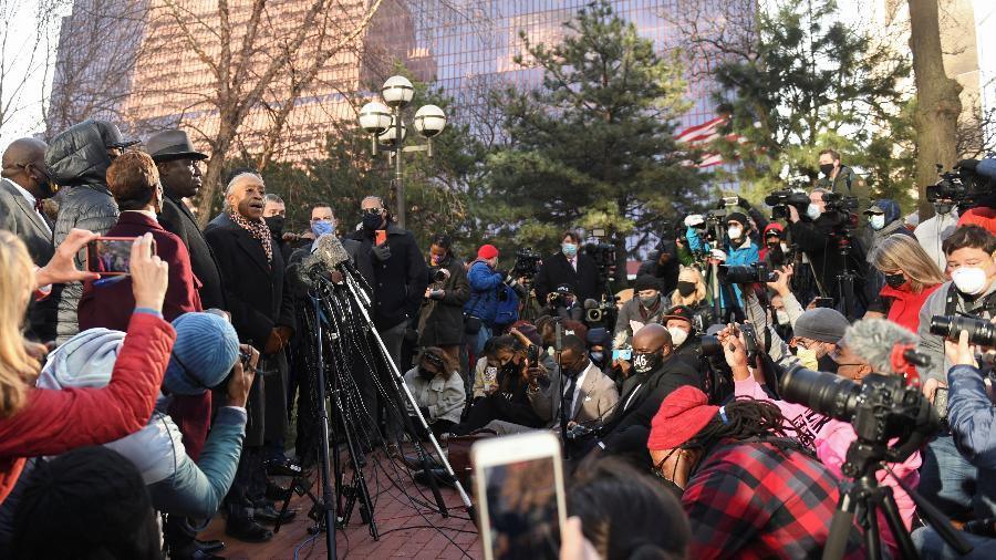 29.mar.2021 - Família de George Floyd, morto em uma abordagem policial em 2020, fala com a imprensa do lado de fora do tribunal de Minneapolis, onde o ex-policial Derek Chauvin é julgado - Nicholas Pfosi/Reuters