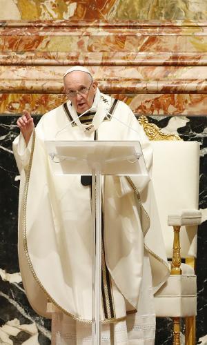Papa Francisco celebra vigília da Páscoa no Vaticano durante pandemia do novo coronavírus
