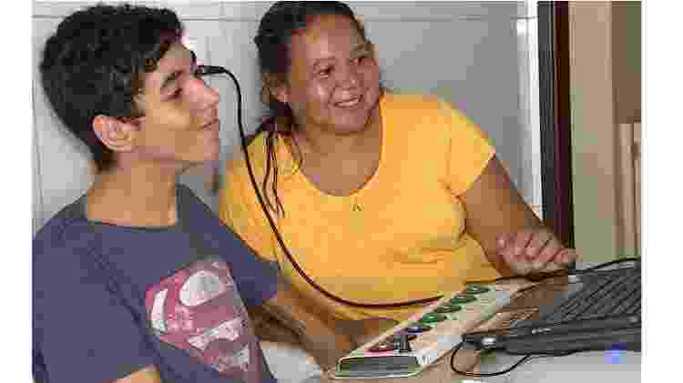 João Lucas e sua mãe, Wilma Neves, com o mouse adaptado - Arquivo pessoal - Arquivo pessoal
