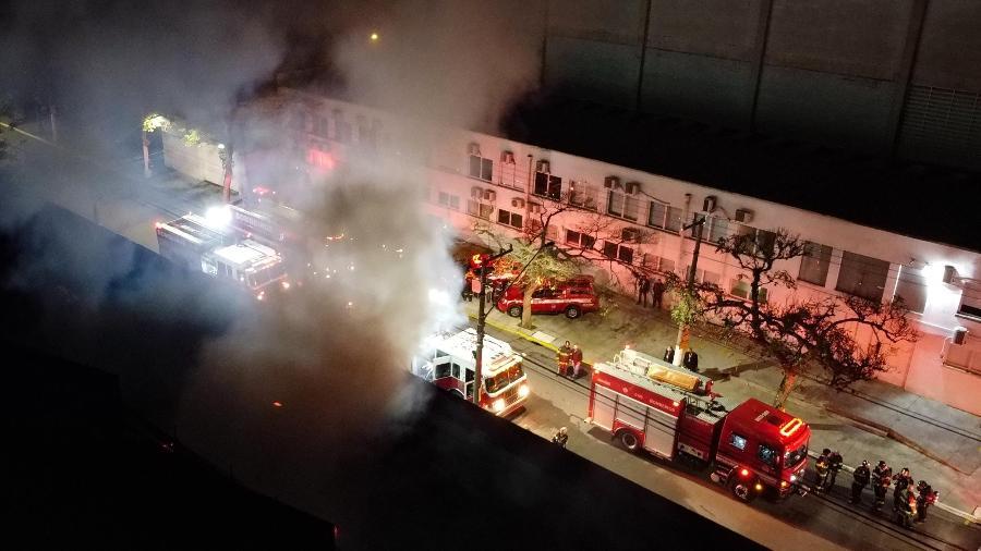 Cinemateca na Vila Leopoldina pega fogo, na cidade de São Paulo, SP, nesta noite de ontem - RONALDO SILVA/FUTURA PRESS/ESTADÃO CONTEÚDO