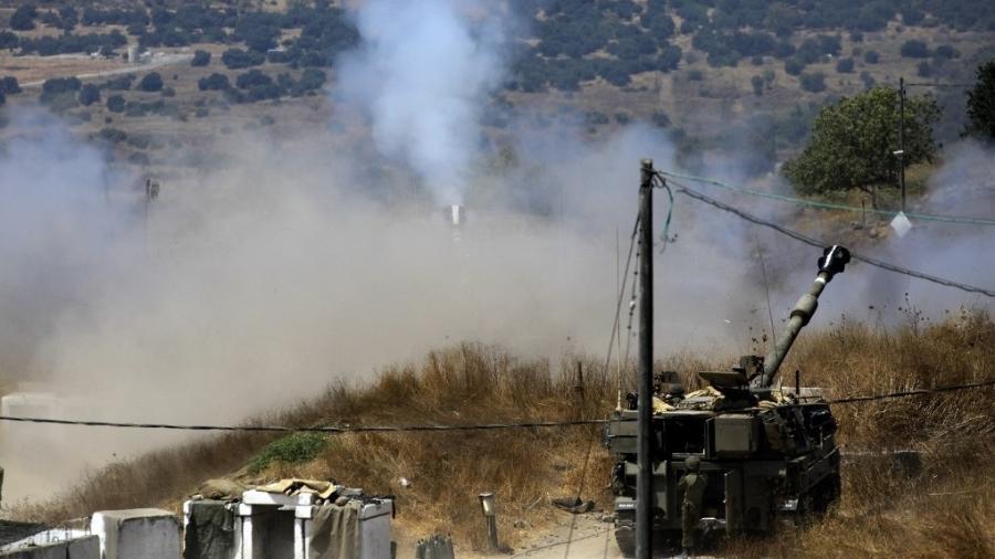 Forças de Israel disparam foguetes em direção ao Líbano após ataque aéreo vindo daquele país à cidade de Kiryat Shmona - Jalaa Marey/AFP