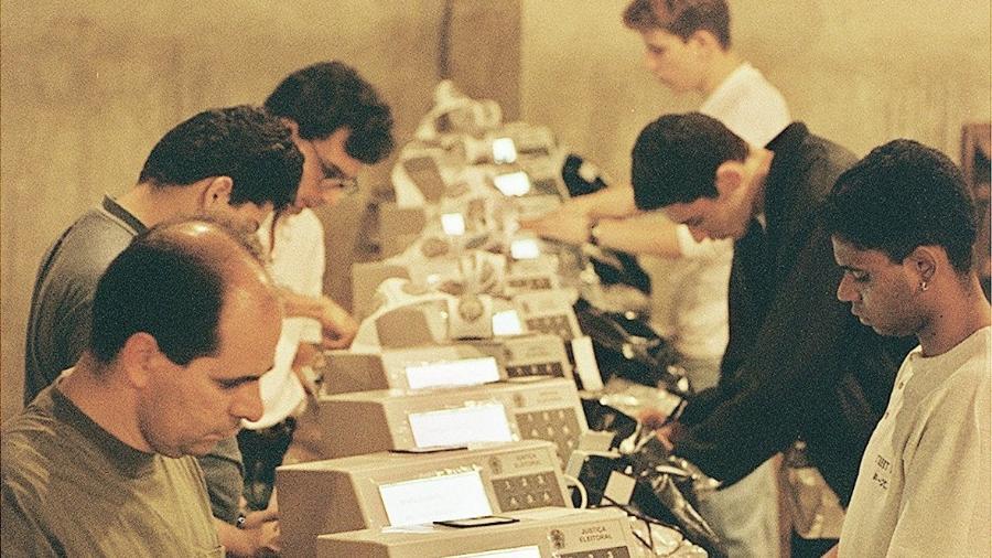 24.set.1996 - Funcionários do TSE preparam urnas eletrônicas para as eleições de 1996, em São Paulo, a primeira a usar o sistema no Brasil - Lalo de Almeida/Folhapress