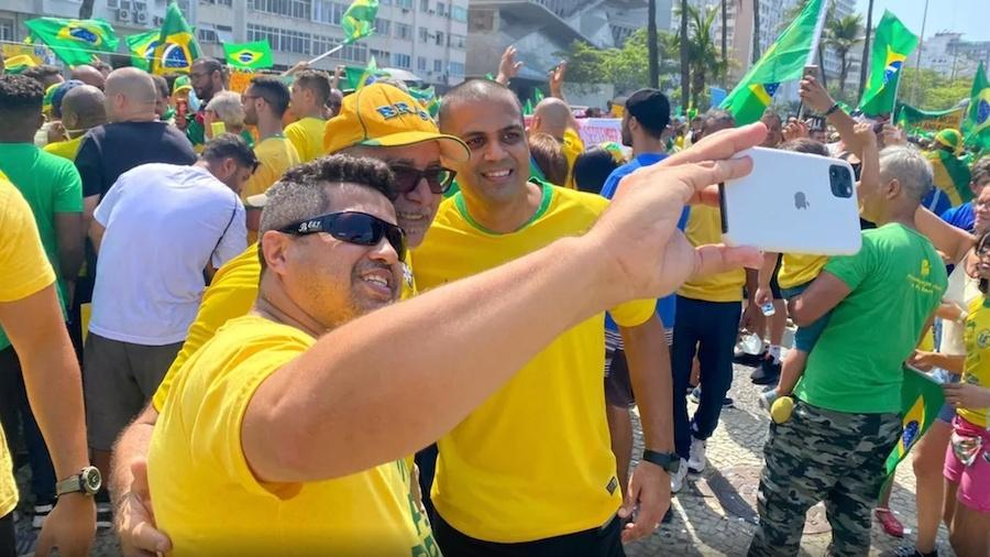 Queiroz é tietado com apoiadores de Bolsonaro - Reprodução: Arthur Guimarães/TV Globo