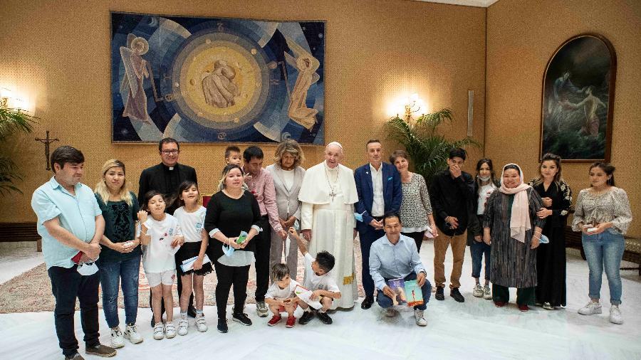 22.set.2021 - Papa Francisco  e membros de três famílias cristãs que recentemente fugiram do Afeganistão posam para uma foto no Vaticano  - Vatican Media/Handout/via Reuters