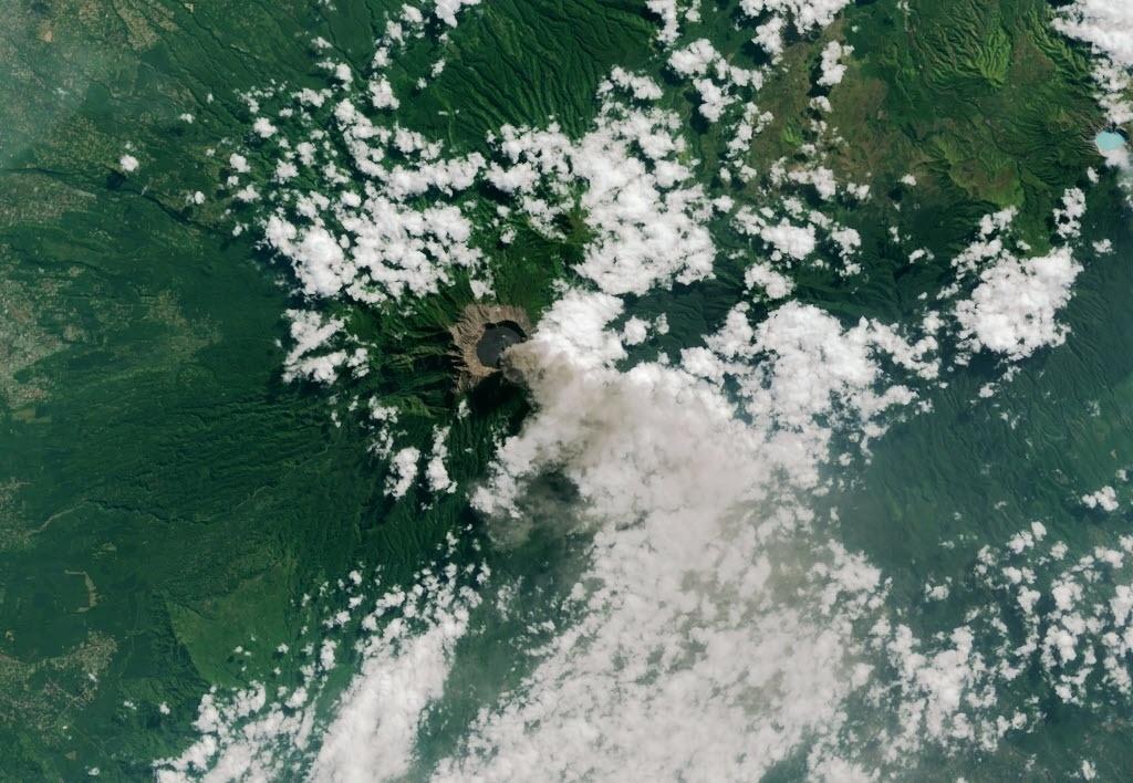 15.jul.2015 - Satélite flagra cinzas e gases saindo do vulcão Monte Raung, na ilha indonésia de Java. Pelo menos 900 voos foram cancelados em Bali, e outros aeroportos regionais foram fechados devido às nuvens de cinzas, que chegaram a seis km de altura