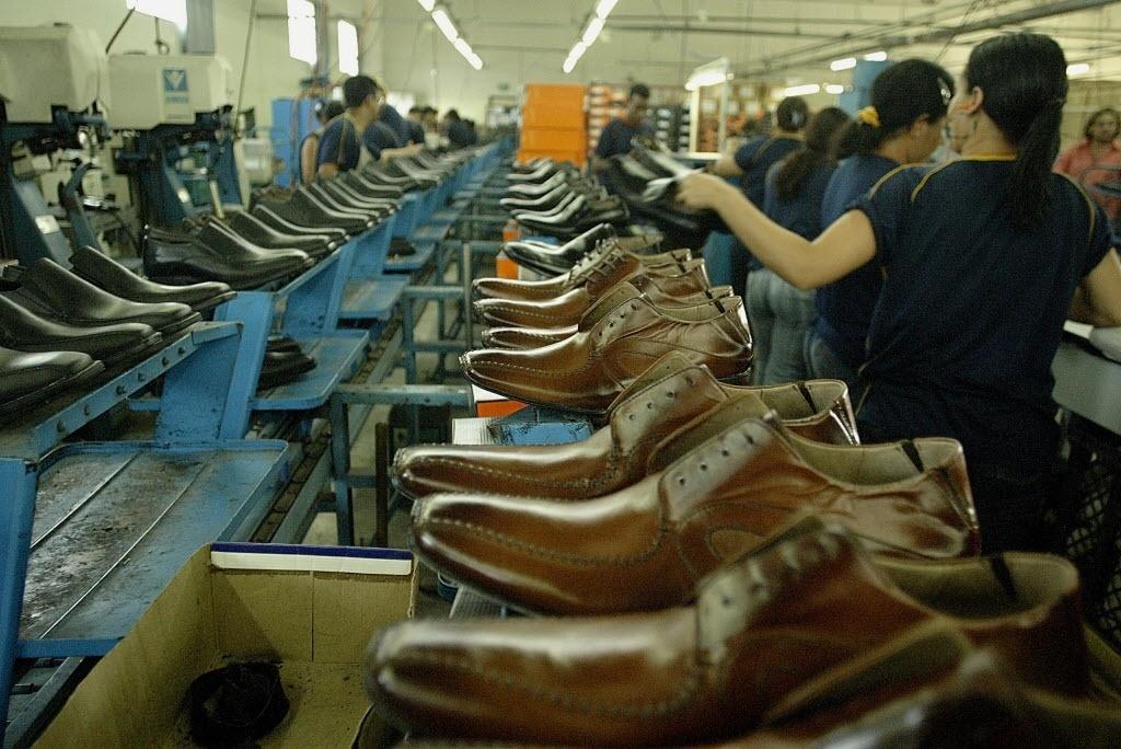 614b595f9dece Dólar caro ajuda fábricas de calçados de Franca (SP) a exportarem mais -  08/03/2016 - UOL Economia