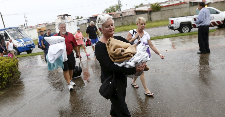 23.out.2015 - Turistas são tirados de hotel e levados à Universidade Puerto Vallarta, usada como abrigo a medida em que o furacão Patricia se aproxima do México