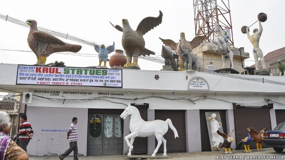 As caixas d'água/esculturas são vendidas em várias lojas pelo Estado de Punjabi. E a exibição das obras é uma atração à parte