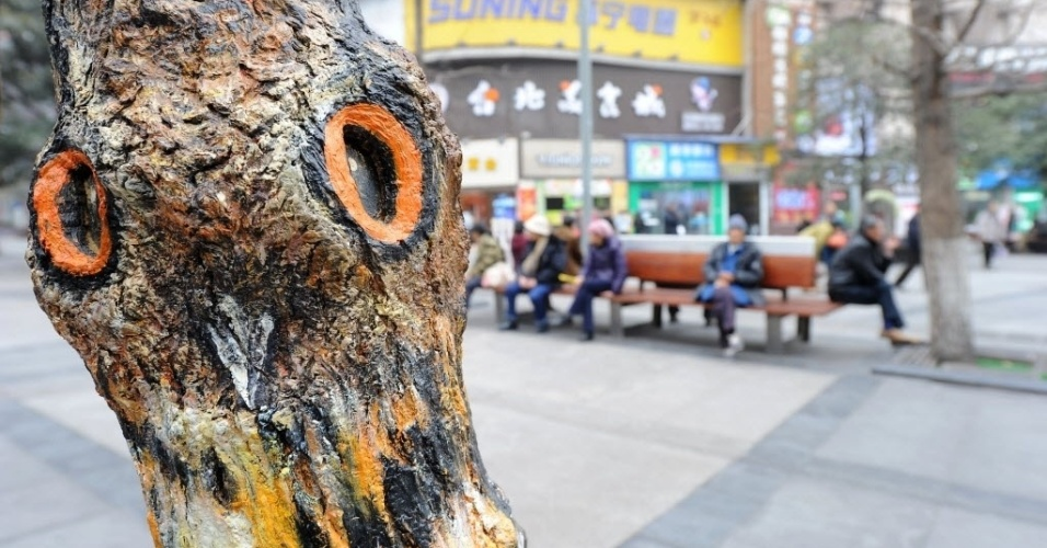 5.jan.2016 - Uma coruja ilustra árvore de praça de Chongqing, na China. Árvores da cidade foram grafitadas