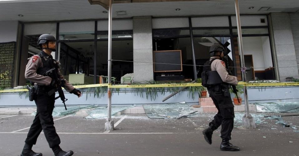 14.jan.2016 - Policiais isolam loja da rede Starbucks que foi danificada durante atentado a bomba em Jacarta, na Indonésia. Uma série de explosões e um tiroteio deixou ao menos sete mortos. O Estado Islâmico assumiu a autoria dos ataques