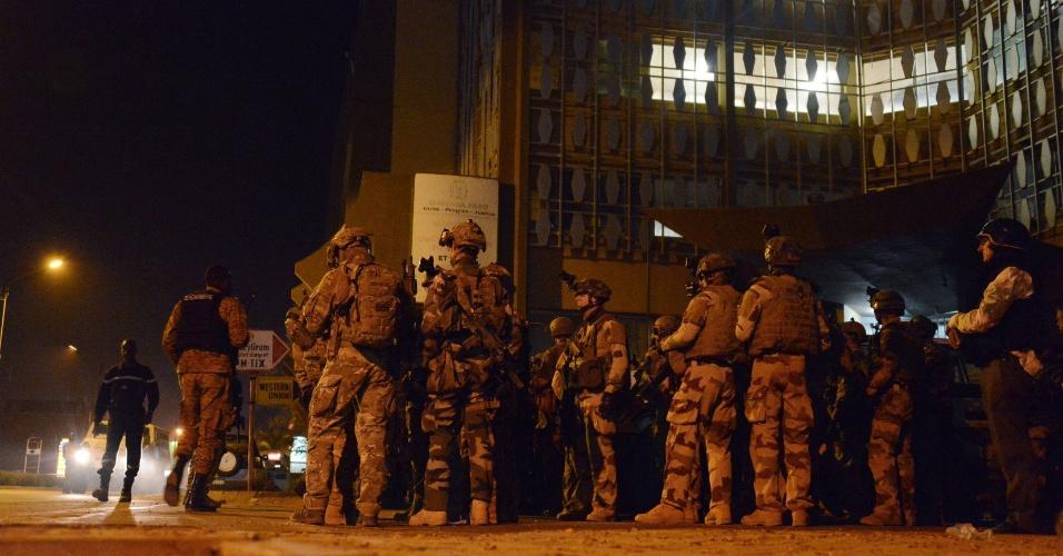 16.jan.2016 - Soldados franceses fazem formação nos arredores do hotel Splendid, em Ouagadougou, em Burkina Fasso. Um grupo terrorista ligado à Al Qaeda matou ao menos 20 pessoas e fez dezenas de reféns na madrugada deste sábado (16)