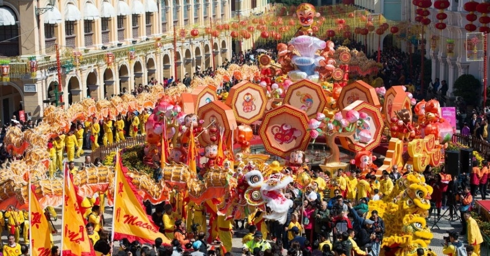 8.fev.2016 - Passistas participam de dança do dragão de 238 metros de longitude para celebrar o Ano-Novo Lunar em Macao, na China