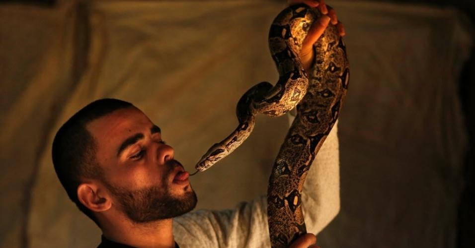 11.fev.2016 - Palestino Omar Ibrahim brinca com uma cobra píton-indiana na casa onde mora, na cidade de Nablus. Ibrahim é apaixonado por cobras e já criou mais de 40 espécies raras em casa durante os últimos cinco anos
