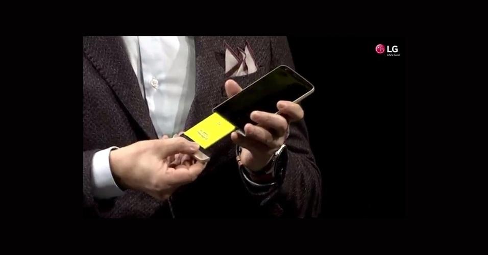 """21.fev.2016 - Ao contrário do antecessor, que a bateria era removida a partir da tampa traseira, o G5 possibilita a remoção do acessório pela parte inferior do aparelho. A LG adotou um conceito de smartphones modulares, conhecido como """"Magic Slot'', que funciona como uma """"gaveta"""""""