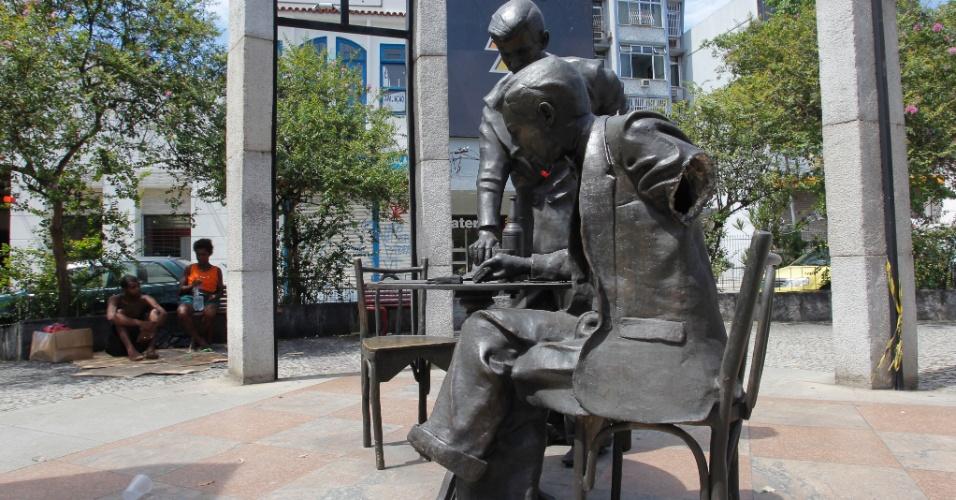 27.fev.2016 - A estátua de Noel Rosa teve o braço e o pé arrancados em dezembro. Dessa vez, a figura do garçom também teve o braço levado pelos vândalos. A estátua fica na avenida 28 de Setembro, em Vila Isabel, zona norte do Rio de Janeiro