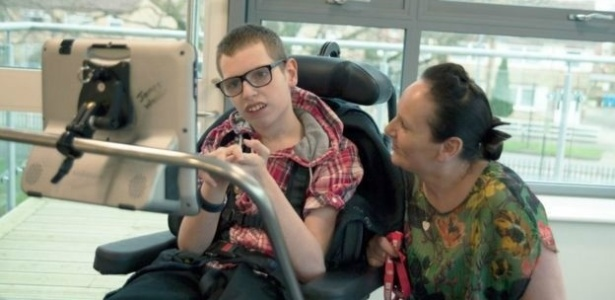 James e a mãe, Gina Walker, que nunca esperou que o filho pudesse se comunicar efetivamente