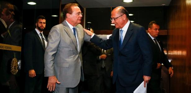 O presidente do Senado, Renan Calheiros (PMDB), conversa com Geraldo Alckmin (PSDB) após reunião com governadores de vários estados em Brasília