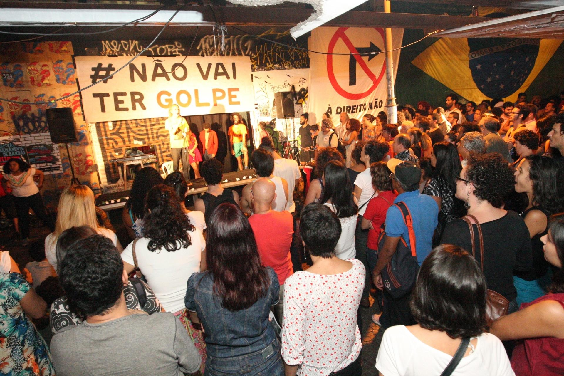 28.mar.2016 - Ativistas do meio artístico e cultural fazem ato de apoio à presidente Dilma Rousseff em Belo Horizonte