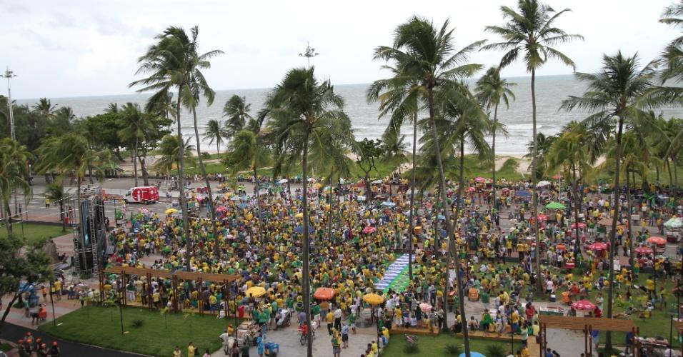 17.abr.2016 - Manifestantes favoráveis ao impeachment da presidente Dilma Rousseff reúnem-se na praia de Boa Viagem, na zona sul do Recife