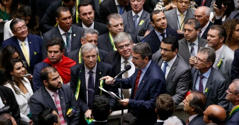 17.abr.2016 - O deputado Henrique Fontana (PT-RS) votou contra o impeachment da presidente Dilma Rousseff