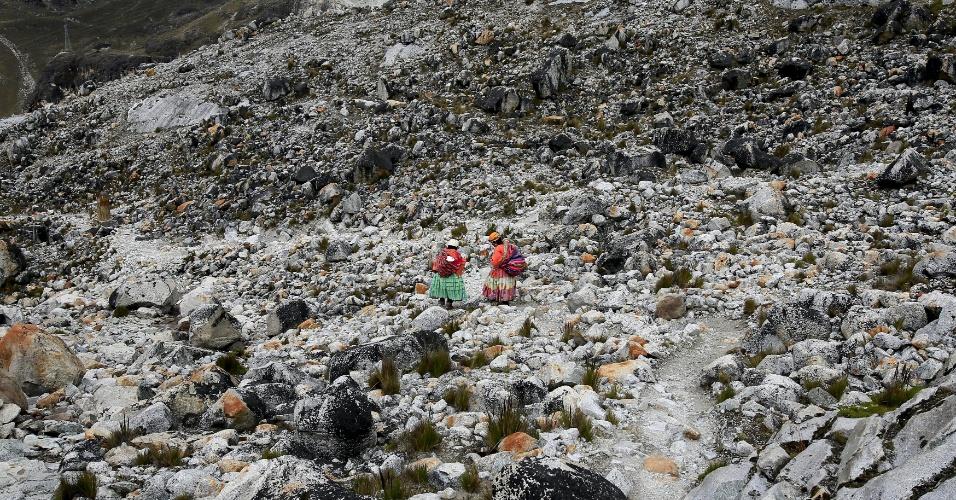21.abr.2016 - Mulheres indígenas aimarás descem o monte Huayna Potosi, na Bolívia, durante escalada. Elas têm uma vantagem em relação aos demais montanhistas estrangeiros: estão acostumadas com as altitudes elevadas das montanhas bolivianas