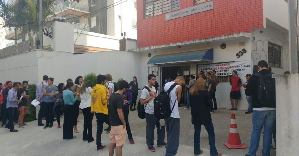 4.mai.2016 - Eleitores fizeram fila em cartório no bairro de Pinheiros, em São Paulo, para regularizar a situação do título de eleitor. Hoje é o último dia para resolver pendências com a Justiça Eleitoral para votar nas eleições municipais deste ano