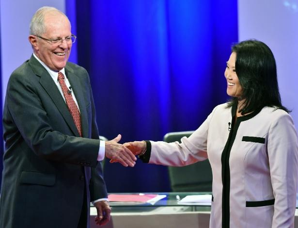 23.mai.2016 - Candidatos à Presidência do Peru, Pedro Pablo Kuczynski e Keiko Fujimori se cumprimentam após debate realizado em Piura, norte do país